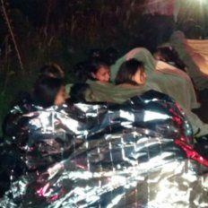 Las víctimas a un costado de la ruta, asistidas con mantas.