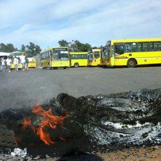 Cubiertas quemadas,esta mañana. El piquete paralizó la actividad de la empresa durante varias horas.