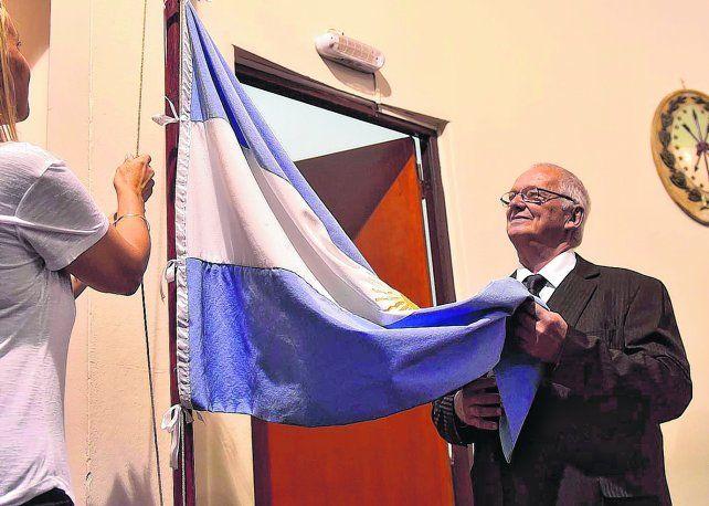 En el Concejo. Salanitro recibió el jueves su distinción en el Palacio Vasallo rodeado de familiares y deportistas.