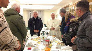 Francisco arrancó el día de su cumpleaños con un desayuno con ocho sin techos.