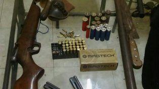 Tras un enfrentamiento a balazos, la policía secuestra un arsenal y droga en una casa