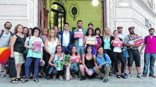 Con consenso. Ediles rosarinos se sacaron una foto colectiva con los manifestantes el jueves en la puerta del Palacio Vasallo.