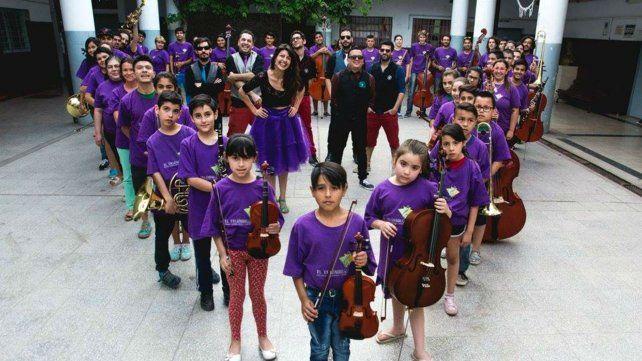 Mamita Peyote junto a los chicos de la orquesta de barrio Triángulo.