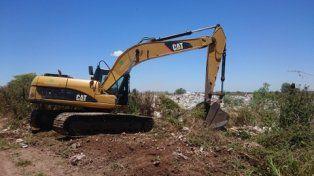 limpieza. Con una excavadora comenzaron los trabajos de remoción de los residuos cercanos a la autopista.