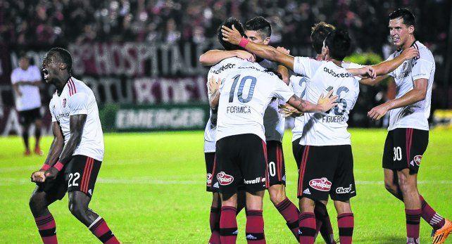 Todos con Nacho. Los jugadores leprosos se abrazan con Ignacio Scocco tras la conquista del sexto gol