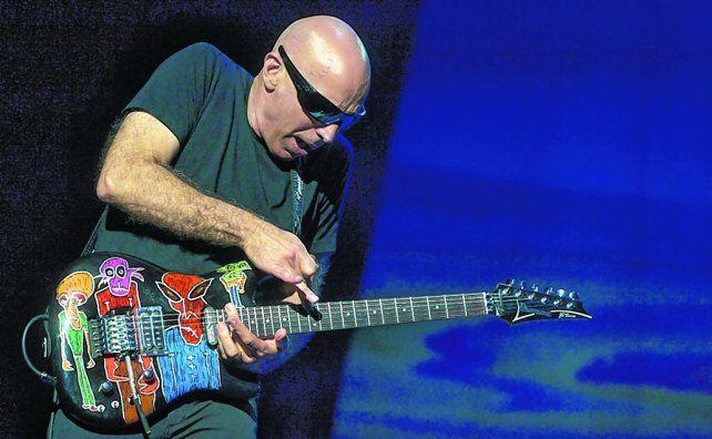 De otro planeta. Joe Satriani ofreció vertiginosas digitaciones en sus solos de guitarra eléctrica.