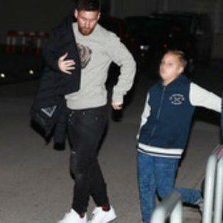 Messi junto a sus sobrinos toma el vuelo que lo trae al país.