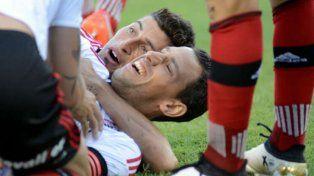 Maxi Rodríguez se lesionó cuando festejaba su gol junto a Joel Amoroso.