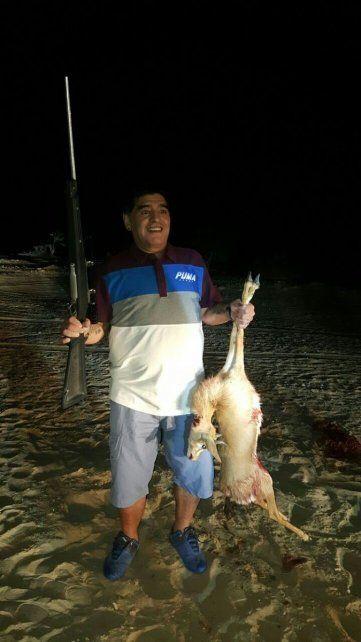 La imagen de Maradona posando con un animal muerto y una escopeta.