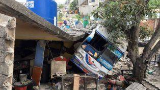 Tres muertos y cientos de viviendas afectadas por sismo de magnitud 5,7 en Ecuador