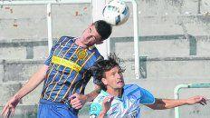 Gran debut. El zaguero central Renzo Alfani se calzó por primera vez la camiseta auriazul desde el inicio y no defraudó.