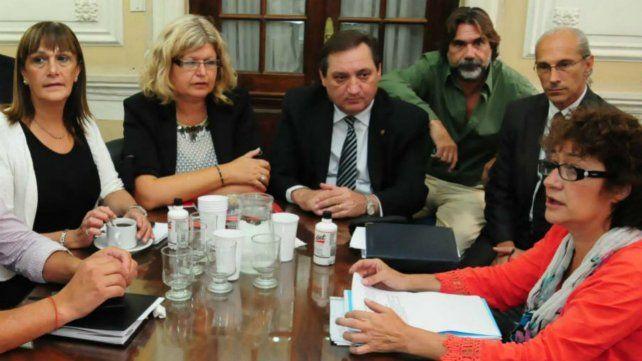La ministra Claudia Balagué junto a los gremios docentes en paritarias.
