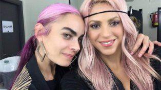 shakira sorprendio con el pelo rosa al llegar a colombia con pique por primera vez