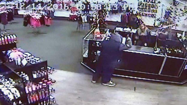 Evitaron un robo tirándole juguetes sexuales al ladrón