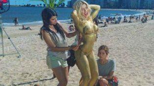 Laurita a pleno en las playas de Montevideo.
