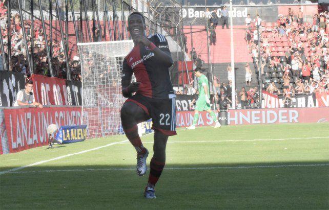 El peruano Luis Advíncula se va de Newells y su futuro estaría en el fútbol mexicano.