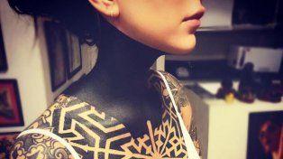 Candelaria Tinelli se volvió a tatuar y se tapó el cuello de color negro