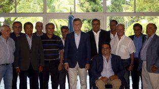El presidente Macri posa para la foto acompañado por un nutrido grupo de sindicalistas.