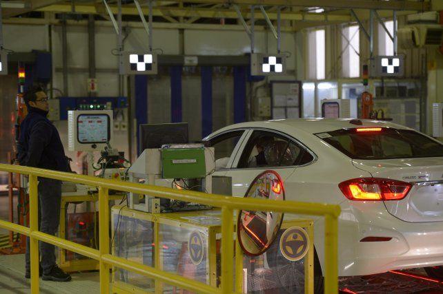 La industria automotriz fue el sector donde más impactó la caída.