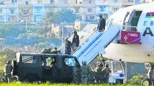 Alarma. Fuerzas de seguridad ayudan a descender a la tripulación del Airbus de la aerolínea libia.