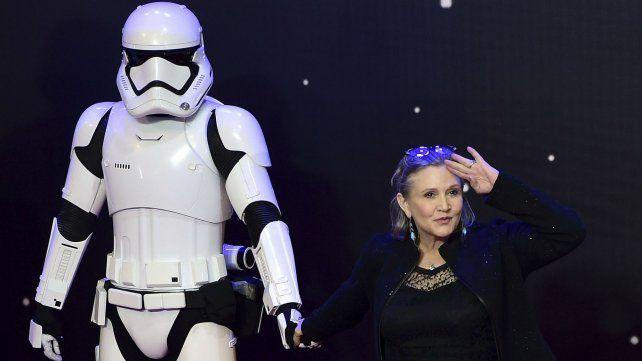La actriz y uno de los personajes de la famosa saga. Fue durante la presentación de Star War: The Force Awaken.