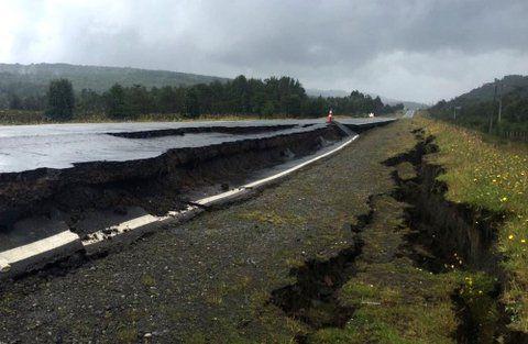 tembló la tierra. El terremoto abrió profundas grietas en las rutas del puerto de Quellón