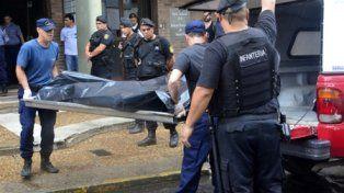 saga. El traslado de una de las dos víctimas, cerca de la Casa Gris. Otras dos fueron asesinadas en Sauce Viejo.