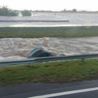 dos muertos al caer un auto en un arroyo en la autopista a la altura de ramallo