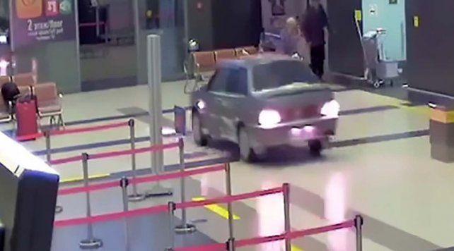 Loco por amor, un hombre entró con su auto al aeropuerto a buscar a su pareja