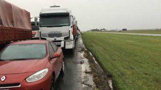 El tránsito se interrumpió hoy sobre la autopista Rosario-Buenos Aires por las aguas.