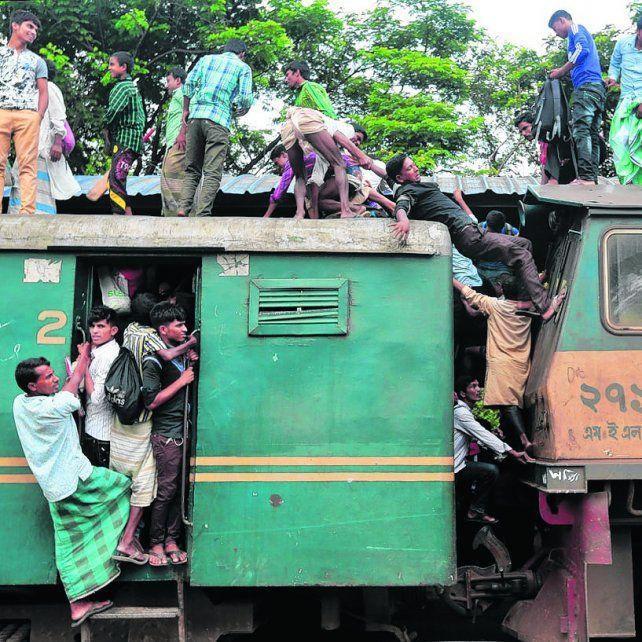 Bangladesh. Así viajan los trabajadores en uno de los países más pobres del mundo.