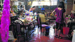 drama. A la tarde del lunes los vecinos de Alvarez seguían sacando agua de sus viviendas.
