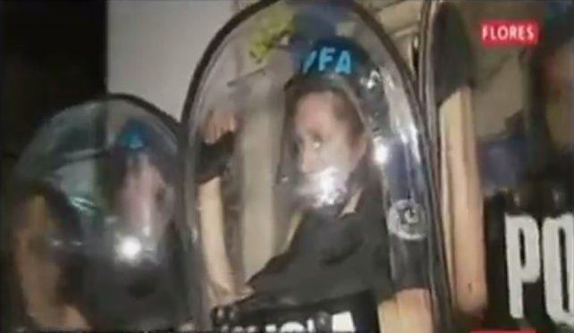Las imágenes de TV mostraron como se le caían las lágrimas a la mujer policía. (Foto: captura de TV)