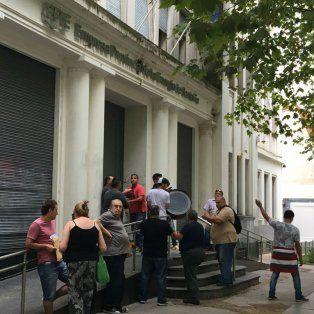 Los empleados de la empresa de seguridad bloquean el ingreso de público en Oroño al 1200.
