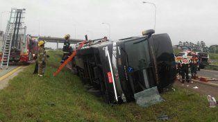 El ómnibus volcó en cercanías del rulo que sirve de acceso a las ciudades de Villa Elisa