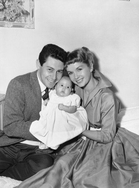 Carrie junto a sus padres en 1957.