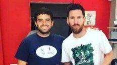 messi se entreno en un gimnasio de funes y hasta se saco una foto con una camiseta