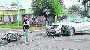 Violento. El choque fue tal que el conductor de la moto voló unos 30 metros. No tenía casco.