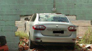 El automóvil dejó un boquete en la pared del lavadero de Pellegrini al 4100.