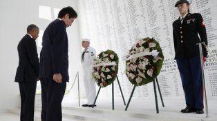 respeto. Abe y Obama rinden silencioso homenaje en el memorial a los 1.177 marinos muertos en el acorazado Arizona.