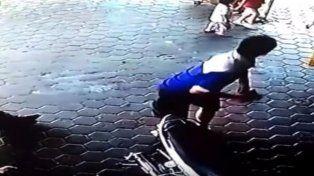 Un padre salva a sus hijos de la muerte con una espectacular pirueta en el aire