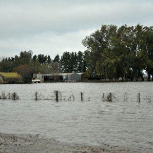El agua avanzó sobre los campos, ahora monitorean su deslizamiento hacia pueblos y rutas.