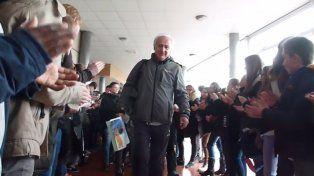 Alain Donnat recibe el especial regalo de sus alumnos el día que eligió retirarse.