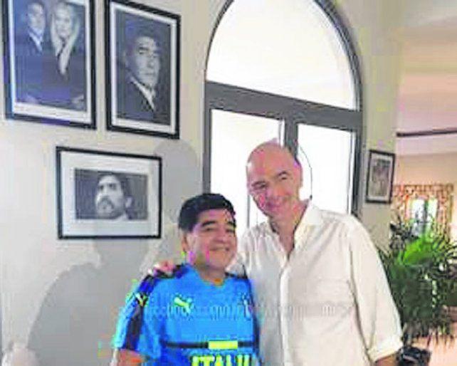 En casa del Diez. Diego recibió al presidente de la Fifa y hablaron de fútbol.