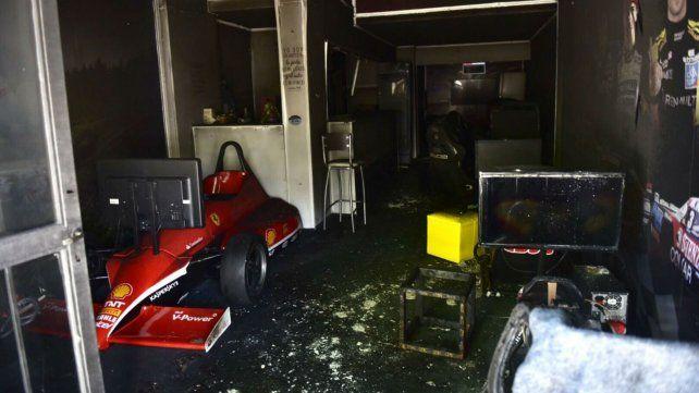 El interior del café temático sufrió graves daños por efectos del fuego.