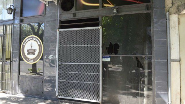 La fachada de Rosario Racer Café dañada tras el ataque vandálico.