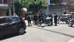 La esquina del choque. El policía sufrió cortes y debió ser trasladado por una ambulancia.