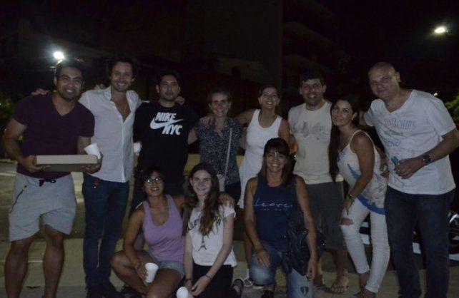 Vicuña y la China Suárez junto a otros voluntarios que participaron con ellos de la recorrida