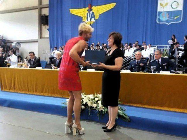 Vestido de mujer desafió a sus superiores en la graduación de un instituto militar