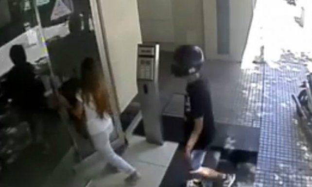 El robo quedó registrado en las cámaras de seguridad apuntadas al ingreso del edificio.